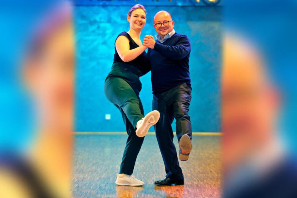 Frank Müller-Rosentritt (37) und Tanzlehrerin Theresa Temler (24) proben die ersten Schritte für Lindy Hop.