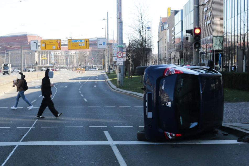 Sperrung in der Innenstadt! Auto überschlägt sich, drei Verletzte