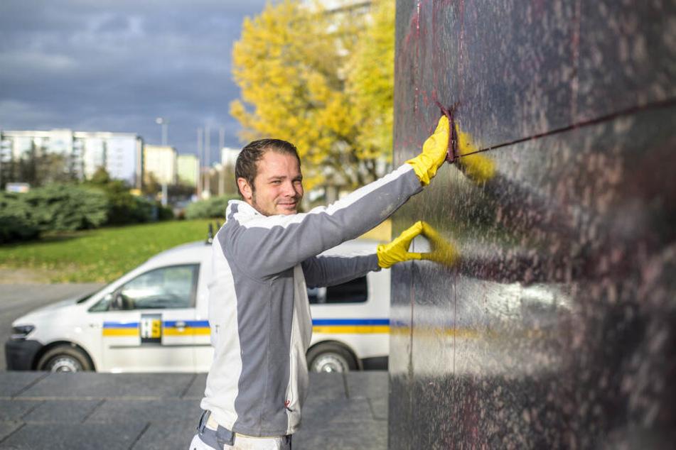 Mit einem Wischlappen fängt alles an: Graffitireiniger Tamas Pados (32) am Nischel.