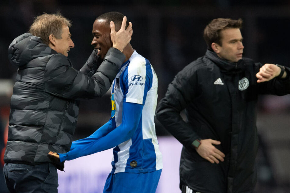 Trainer Jürgen Klinsmann (l) von Hertha umarmt seinen Spieler Dodi Lukebakio nach dessen Auswechslung.
