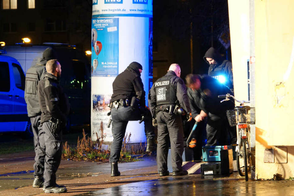 Es geht um Drogen, Waffen und mögliche Steuerstraftaten: In Halle-Neustadt durchsuchen Einsatzkräfte Wohnungen und Geschäftsräume.