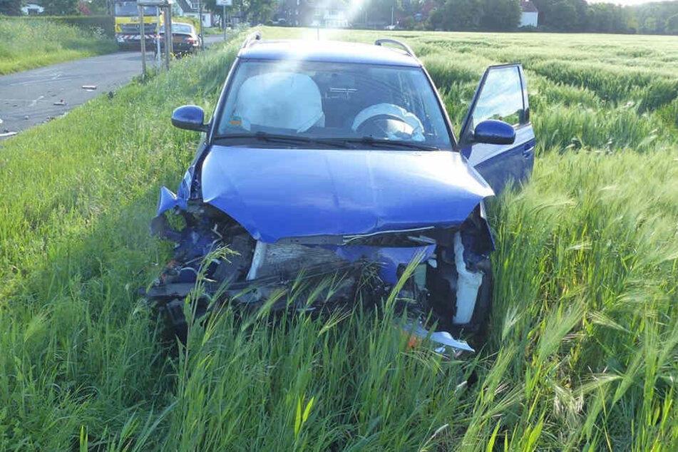 Der Skoda der 40-Jährigen kam nach dem Unfall auf einem Feld zum Stehen.