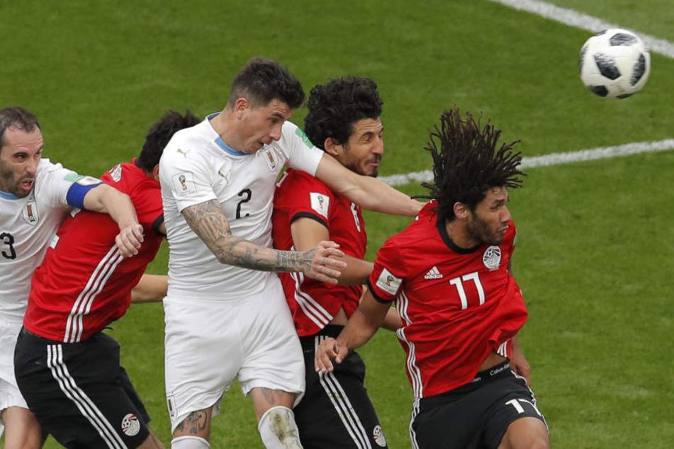 Der Grund des grenzenlosen Jubels in der Heimat: José Gimenez (M.) köpft Uruguay in der 89. Minute zum Sieg gegen Ägypten.