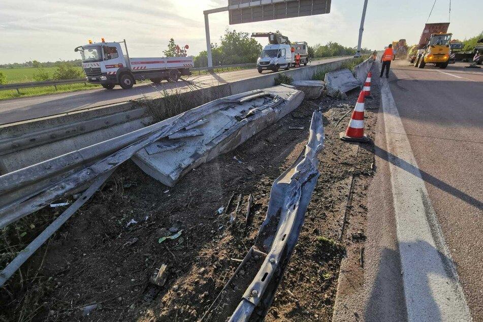 Die Mittelleitplanke und auch eine Schilderbrücke wurden durch den. Zusammenprall mit dem LKW schwer beschädigt.