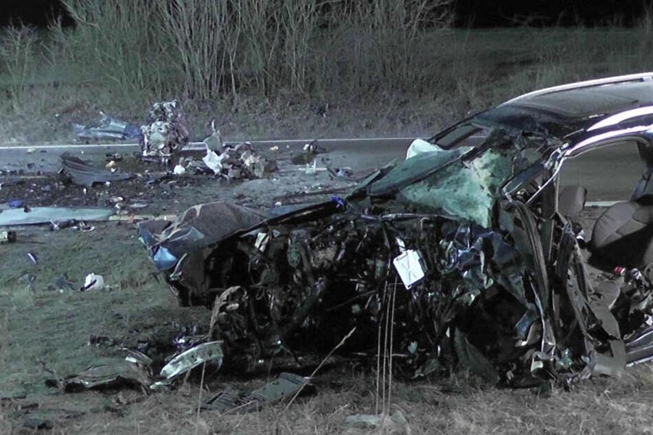 Die Unfallfahrzeuge sind nur noch Wracks.