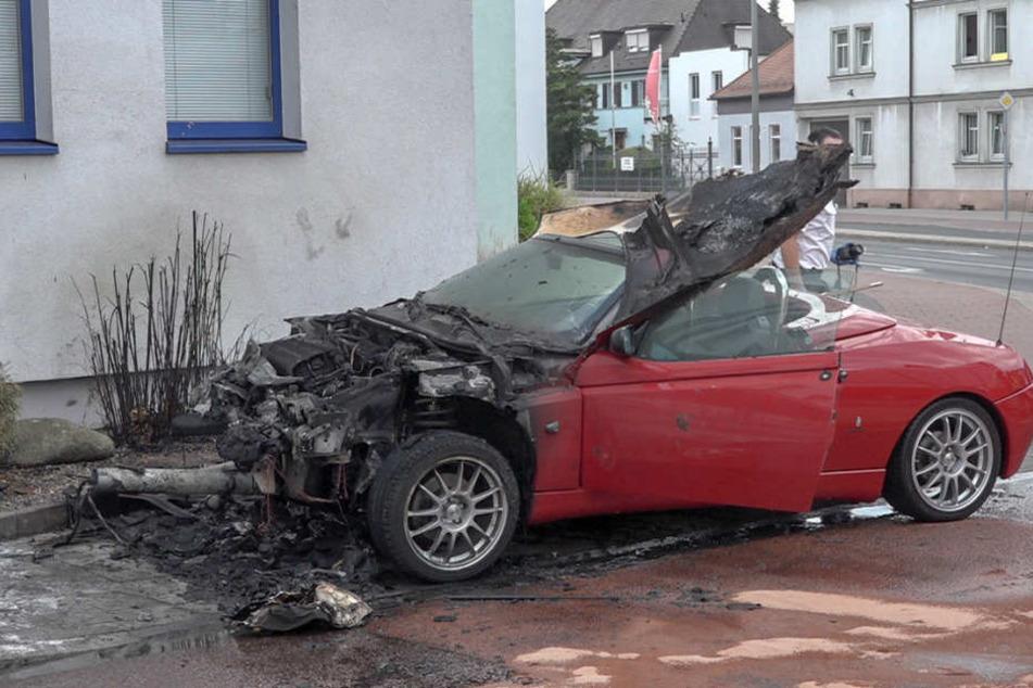 Der Fahrer verlor die Kontrolle und raste gegen einen Ampelmast.