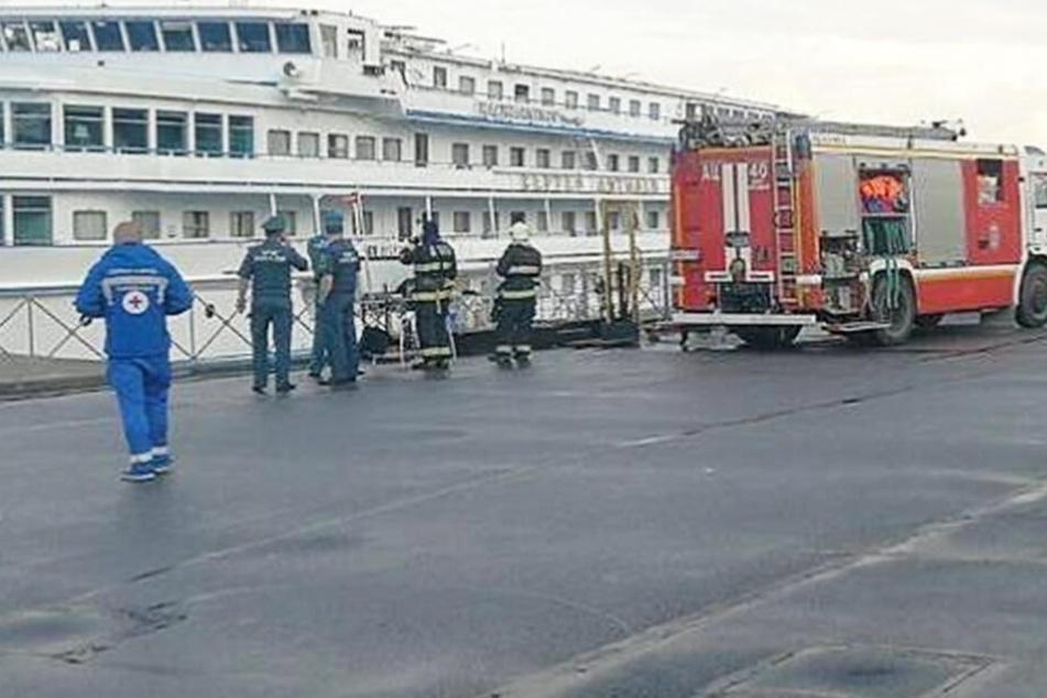 Feuerwehrleute im Einsatz an dem Schiff, auf dem das tödliche Feuer ausbrach.