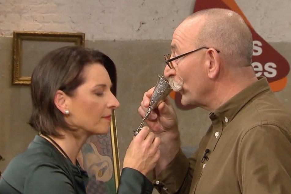 Horst Lichter und Wendela Horz demonstrieren den Umgang mit dem Hochzeitsbecher.