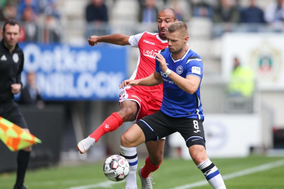 Bielefelds Florian Hartherz (r) versucht gegen Akaki Gogia (l) aus Berlin an den Ball zu kommen.