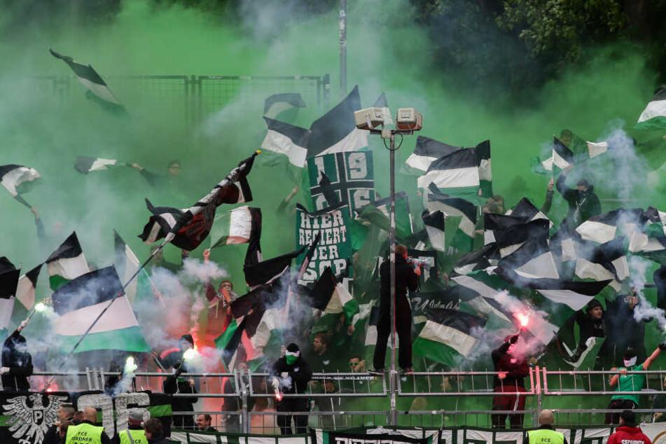 Wie hier in Aue, zündelten die Preußen-Fans auch beim Spiel in Bielefeld.
