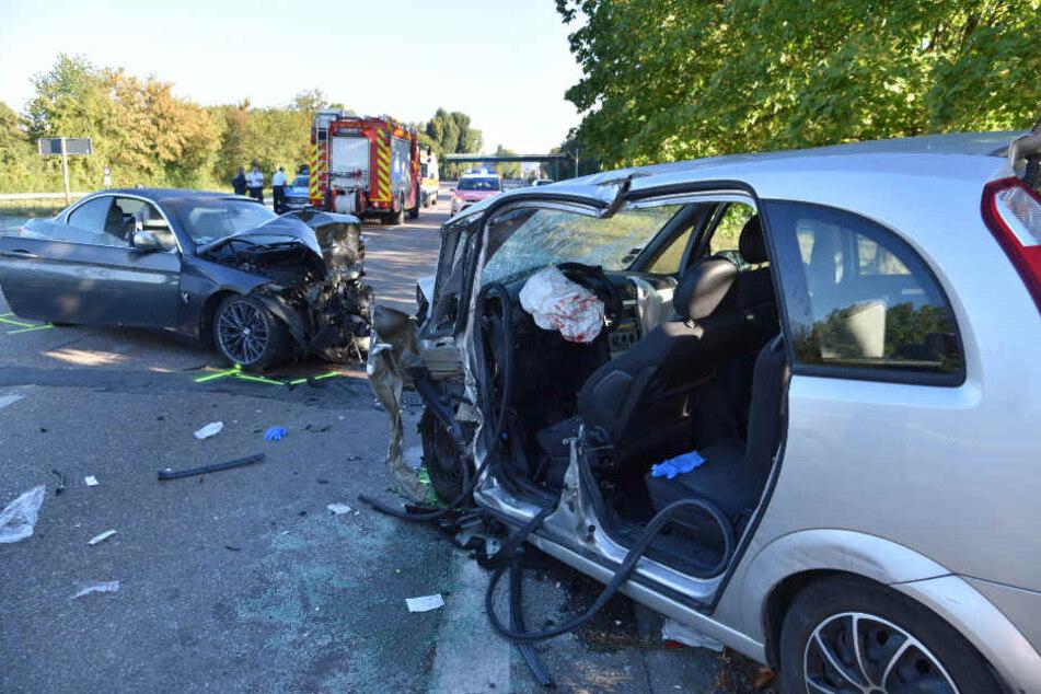 Der 65 Jahre alte Fahrer des Opels (rechts) musste von der Feuerwehr aus dem Wrack befreit werden.