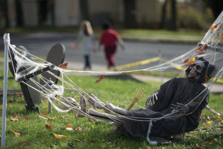 Schauriger Anblick: Ein Skelett liegt in einer Hängematte.