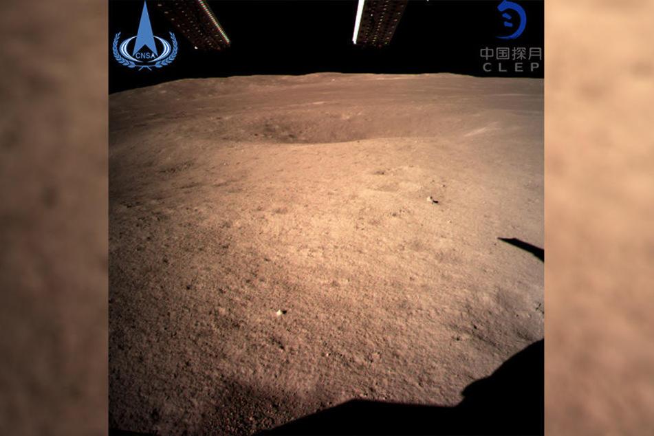 """Das Foto zeigt die Rückseite des Mondes, aufgenommen von der """"Chang'e 4""""-Sonde."""