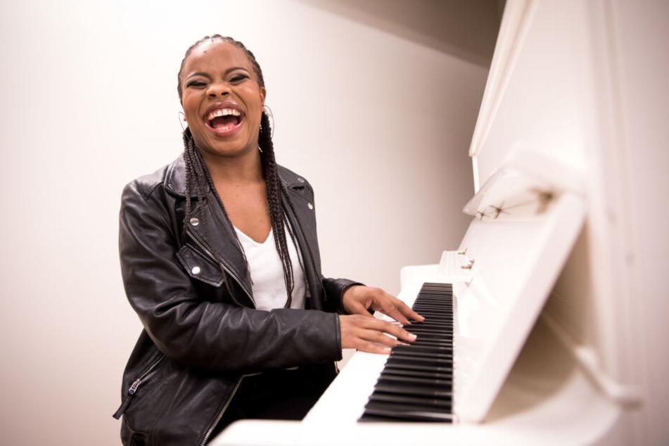 """Die Sängerin Christina Love, Hauptdarstellerin des Tina-Turner-Musicals """"Tina"""", sitzt bei einem Interview mit der Deutschen Presse-Agentur am Klavier."""