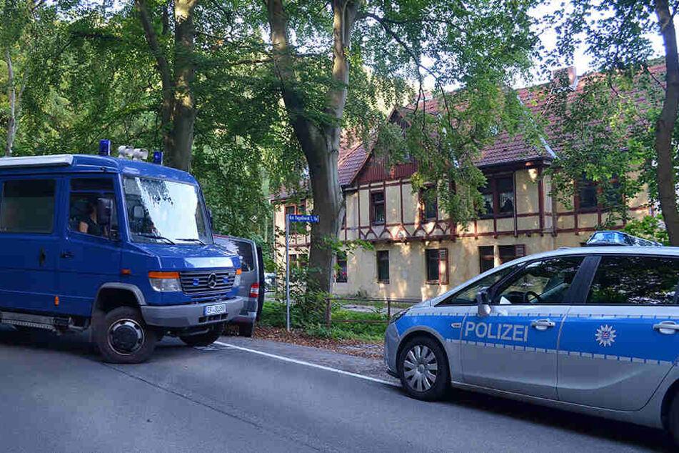 Polizeifahrzeuge stehen 2016 vor dem mutmaßlichen Tatort in Wolkramshausen.