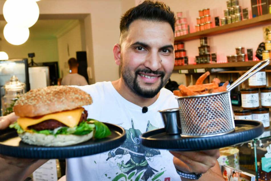 Attila Hillmann präsentiert seinen veganen Burger.