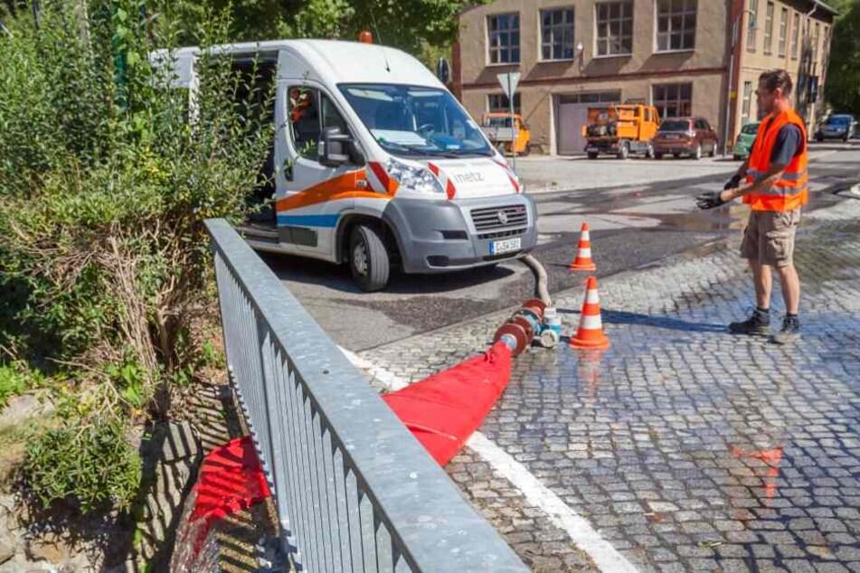 """Messstelle in Kleinolbersdorf: Die """"iNetz""""-Spezialisten bereiten sich gerade auf die Tests vor."""