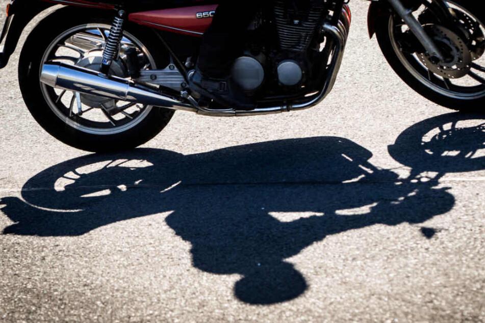 Motorradfahrer baut Unfall wegen Insekt auf Helm: Schwer verletzt