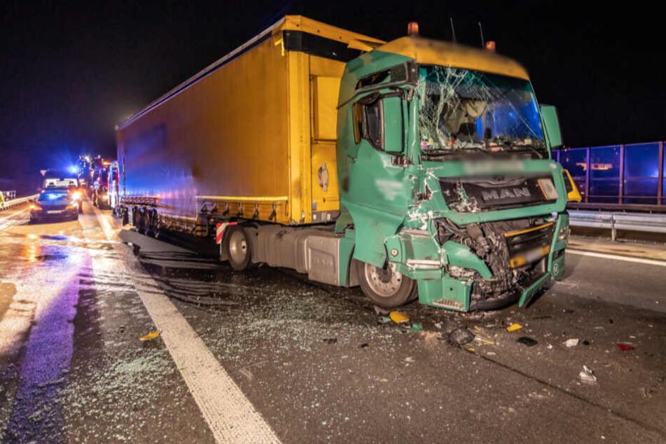 Benzin alle! Auto bleibt unbeleuchtet auf Autobahn stehen und verursacht zwei Unfälle