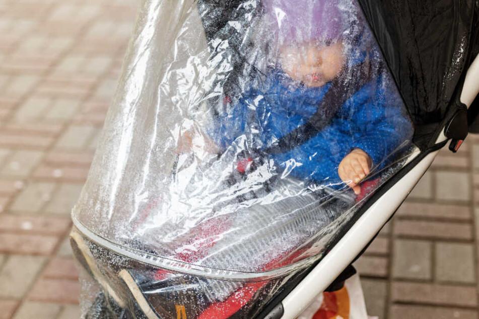 Eltern abgelenkt: Kinderwagen mit Baby rollt ins Wasser