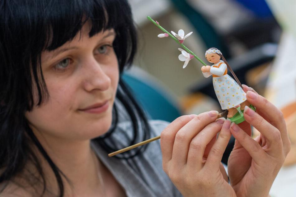"""Elisa Pflug (27) arbeitet bei """"Wendt & Kühn"""" als Holzspielzeugmacherin. Ihren Arbeitsplatz tauschte sie für sechs Monate gegen Japan ein."""