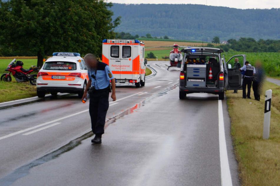 Motorradfahrer verliert auf nasser Straße Kontrolle und fliegt 100 Meter weit: Lebensgefahr