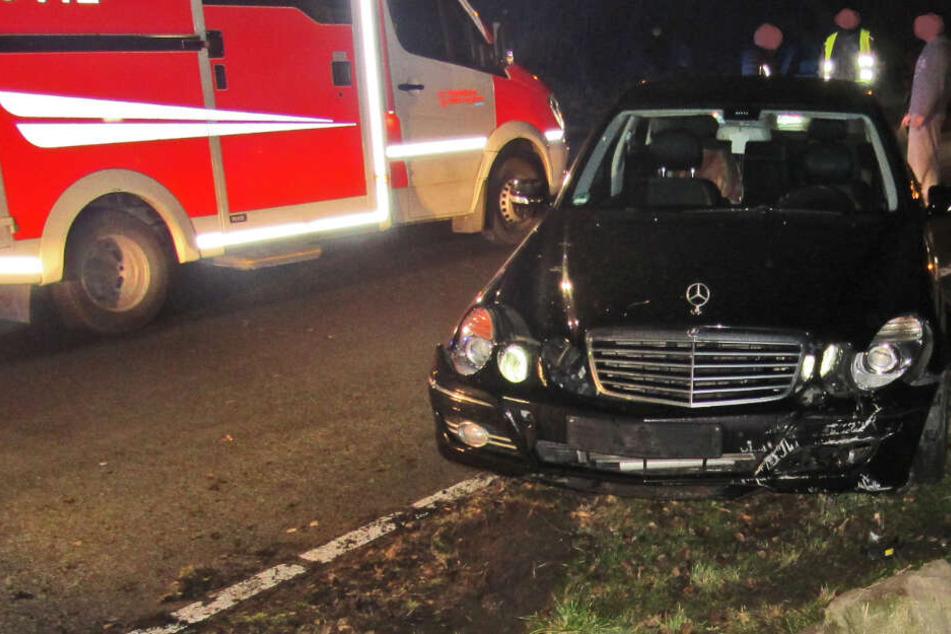 Mercedes-Fahrer weicht Rehen aus und verletzt sich schwer