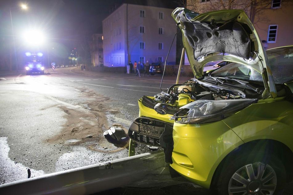 Am Freitagabend ist ein Ford-Fahrer (83) mit einem Laternenmast kollidiert. Die Lampe kippte um, der Fahrer wurde schwer verletzt.