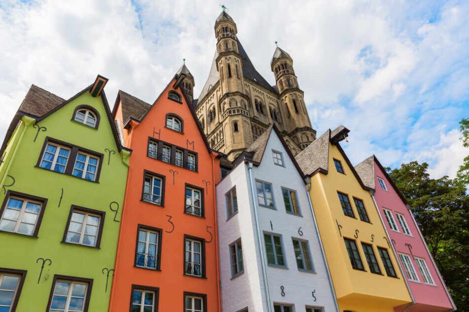 Die bunten Häuser in der Kölner Altstadt am Rhein: Das Wetter in NRW wird fast genauso bunt.