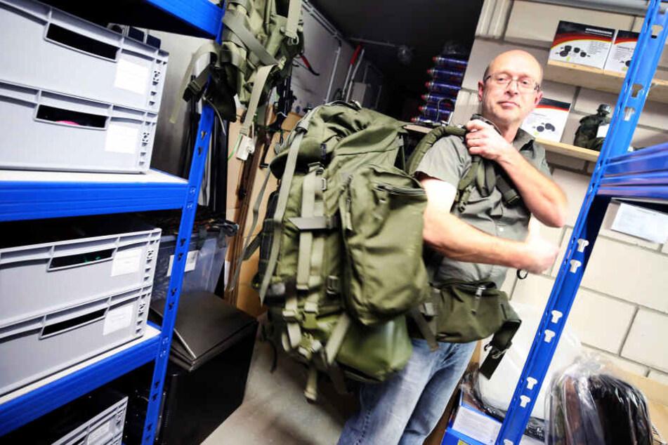 Stephan B., Prepper und Internethändler, führt in seinem Versandkeller einen Überlebensrucksack vor.