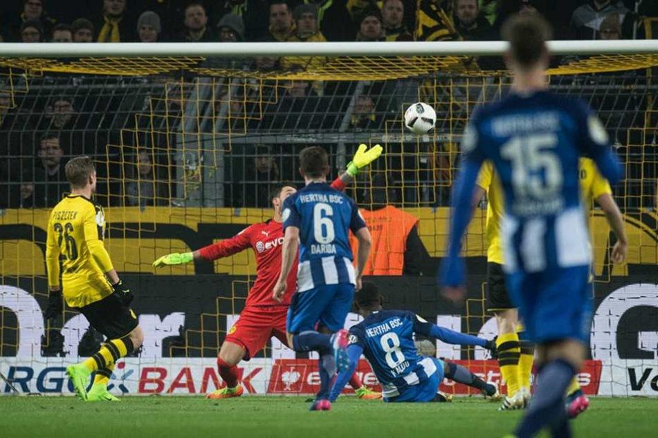 Kalou (liegend) brachte Hertha in der 27. Minute in Führung.