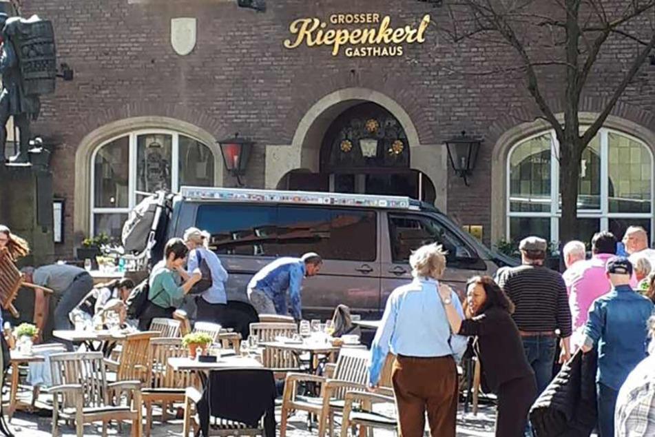"""Der Kleintransporter raste mitten in die Menschen auf der Terrasse des """"Kiepenkerl""""."""