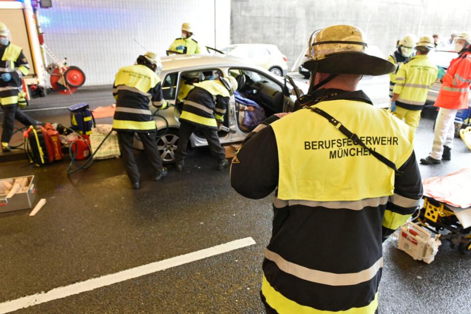 Die Feuerwehr befreit zwei schwerverletzte Frauen aus einem Auto.