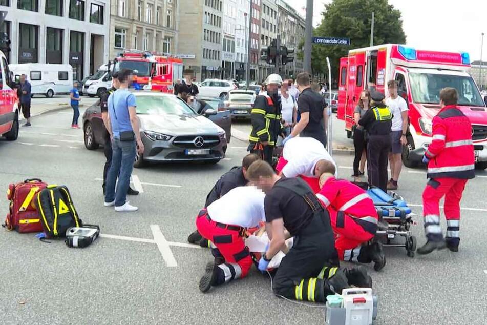Rettungskräfte versorgen die schwer verletze Frau.