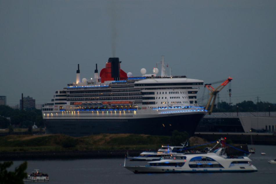 Ganz in blau lief die Queen Mary 2 am Sonntagabend aus.