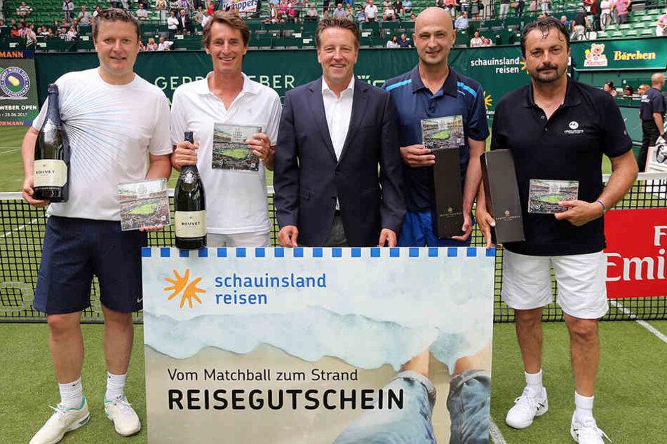 Das Siegerpaar Yevgeny Kafelnikov (li.) und Paul Haarhuis (2. v. li.) sowie Turnierdirektor Ralf Weber (Mi.), Andrei Medvedev (2. v. r.) und Henri Leconte (r.).