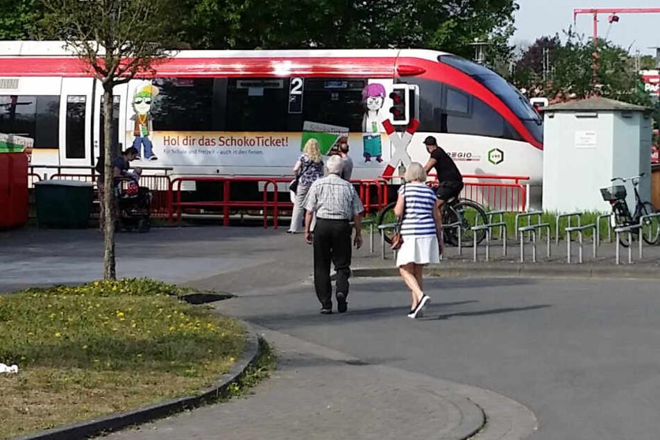 Der Zug erwischte den Radfahrer und verletzte ihn.