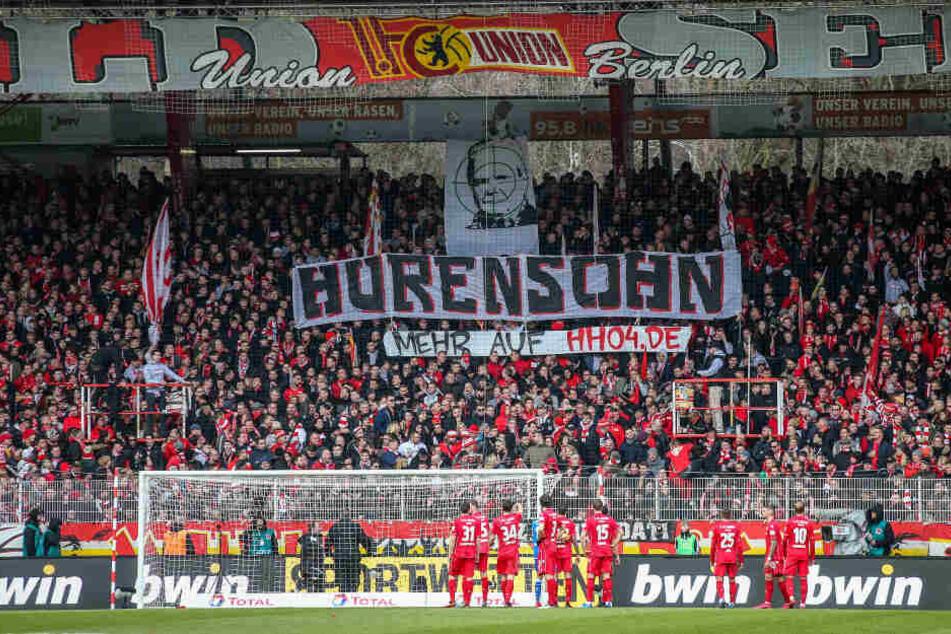 """Unions Fans zeigen Banner mit dem Schriftzug """"Hurensohn"""" und dem Abbild von Dietmar Hopp, Mäzen des TSG 1899 Hoffenheim, im Fadenkreuz. Es folgte eine Spielunterbrechung."""