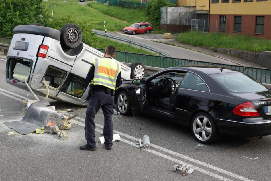 Als der Caddy schon auf dem Dach lag, krachte ein schwarzer Mercedes in den Unfallwagen.