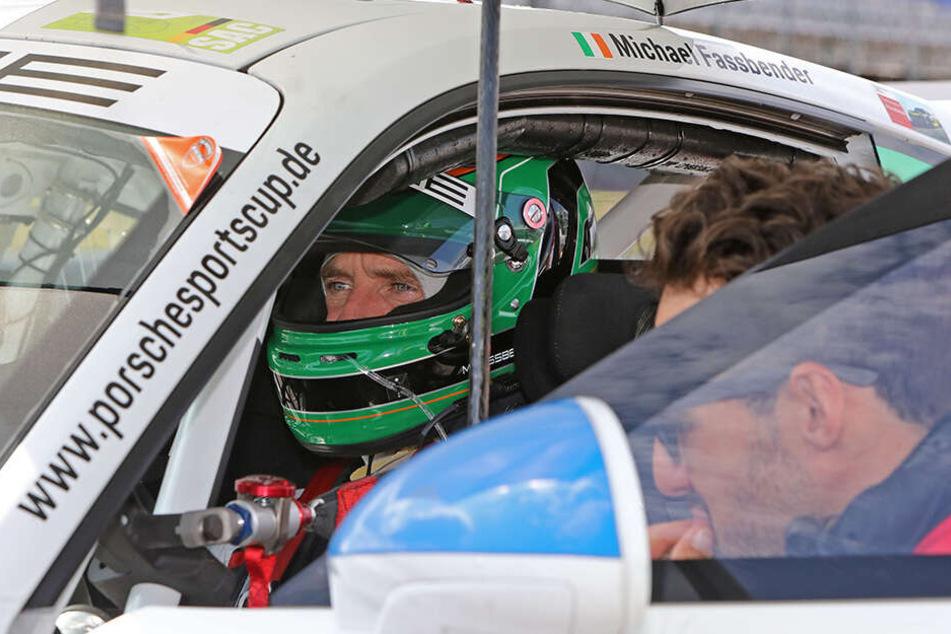 Hollywoodstar Michael Fassbender (42) tauscht Kostüm gegen Helm und rast im Porsche über die Rennbahn.