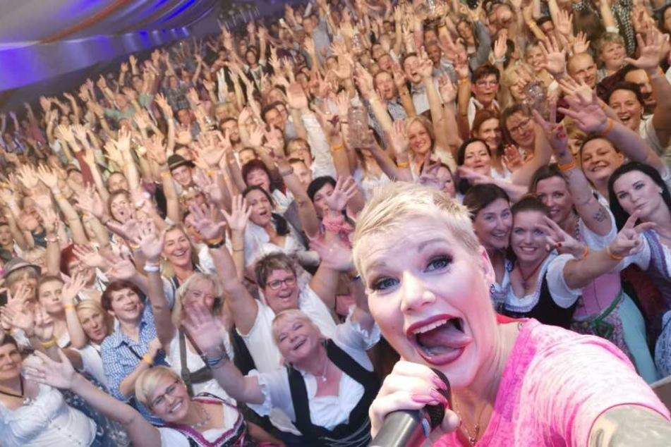 Hunderte Oktoberfest-Fans feierten Melanie Müller (31) bei ihrem ersten Auftritt nach der Geburt ihres zweiten Kindes in Magdeburg.