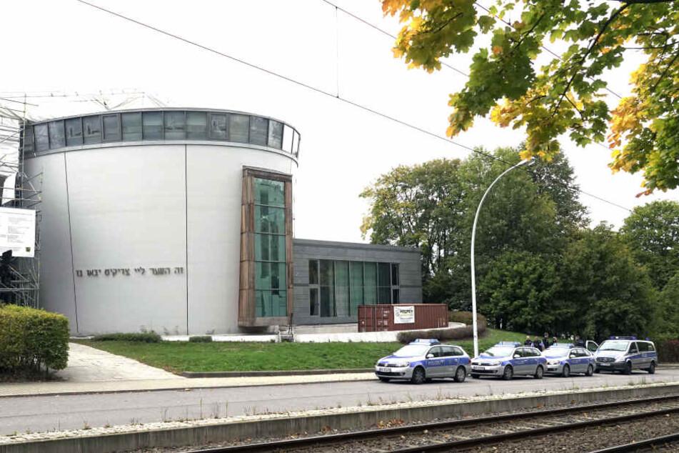 Die Synagoge in Chemnitz wird von schwer bewaffneten Polizisten bewacht.