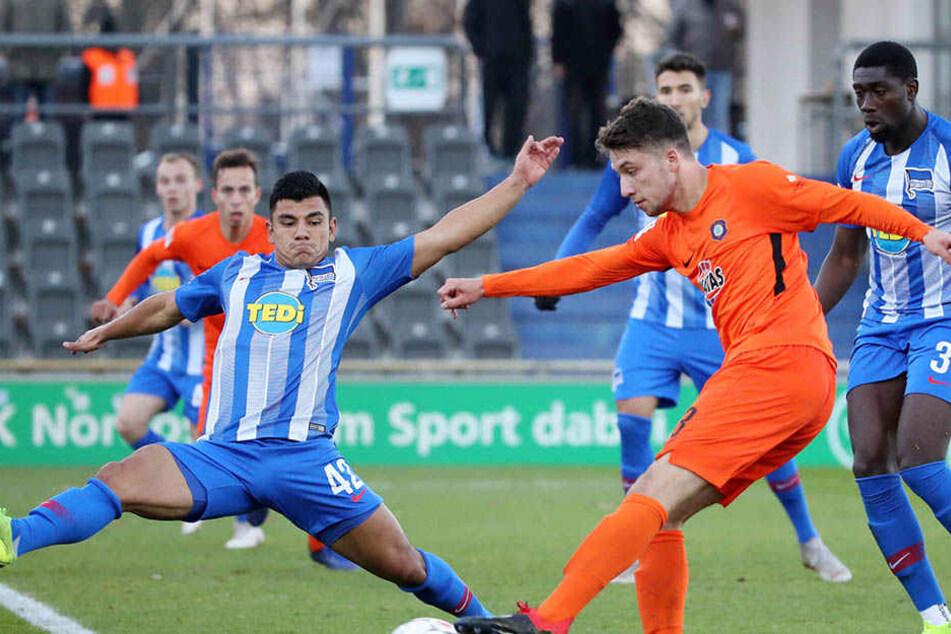 Tom Baumgart (M.) Im Testspiel des FC Erzgebirge bei Bundesligist Hertha BSC in Aktion. Der Mittelfeldmann bereitete das Führungstor der Auer vor.