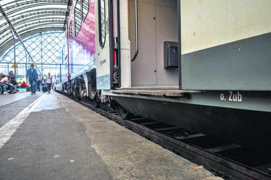 Bei den Fernzügen sind die Bahnsteige zwar erhöht, aber der Zugeinstieg beim ICE nicht barrierefrei.