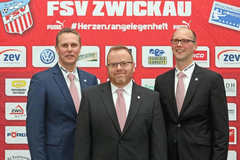 Toralf Wagner (li.) und Matthias Chodora (Mi.) sind zurückgetreten, rechts neben ihnen steht Vorstandssprecher Tobias Leege.