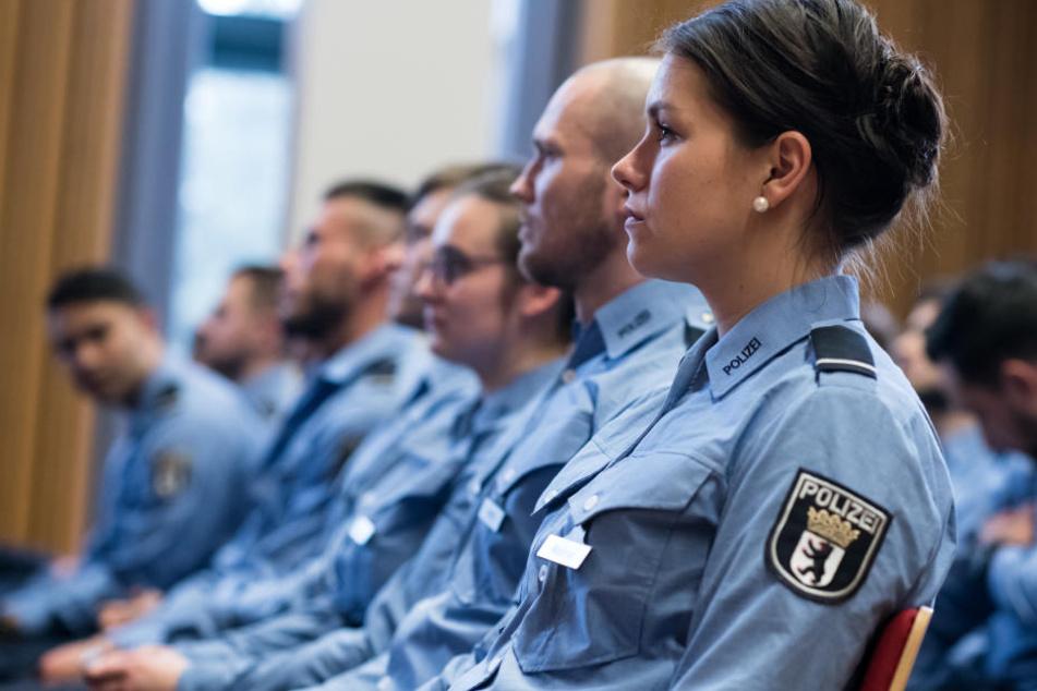 Junge Polizisten in der Polizistenschule. (Symbolbild)