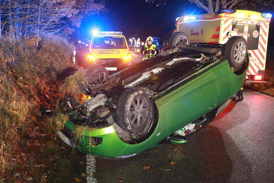Der Mazda landete auf dem Dach.