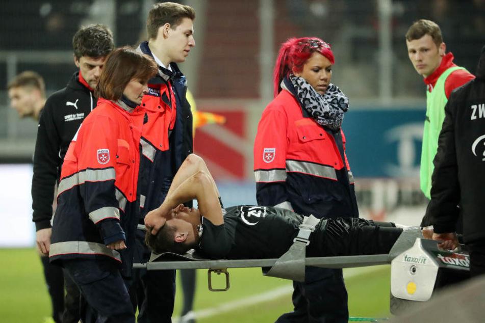 Christoph Göbel musste beim Spiel gegen Regensburg verletzt vom Platz getragen werden.