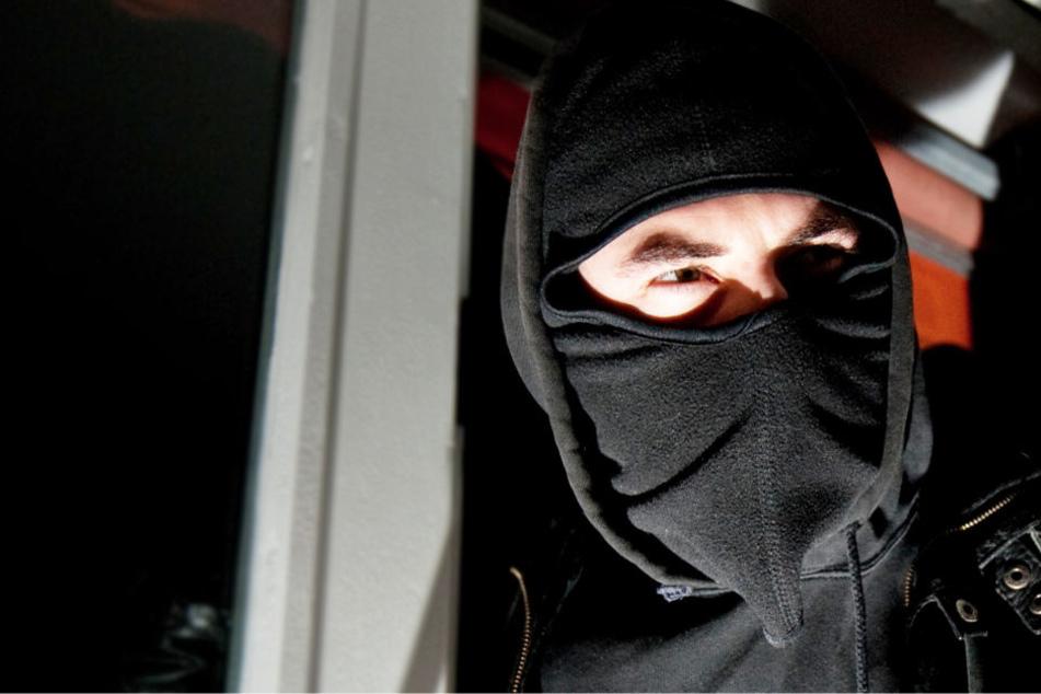 Die Täter waren maskiert, über ihren Fluchtweg ist nichts bekannt (Symbolbild).
