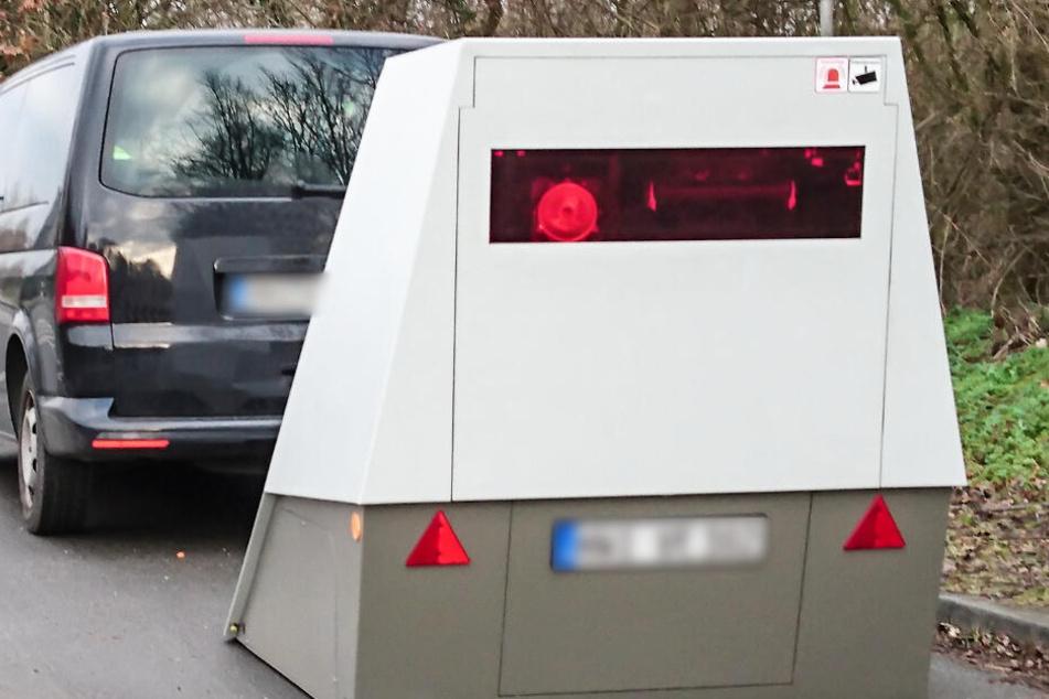 Der Blitzer ist in einem Anhänger untergebracht und kann an jedem Straßenrand abgestellt werden.